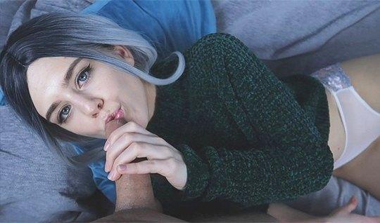 Русская деваха с синими волосами пригубила ртом член в домашней обстановке