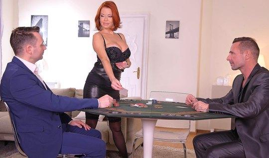 Зрелая рыжая дамочка после игры в покер получает от мужчин двойное проникновение