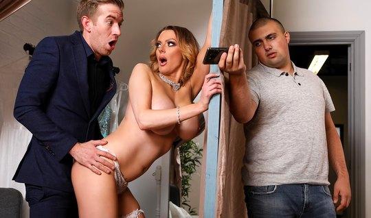 Блондинка с большими сиськами обожает развратничать и изменять мужу с его другом