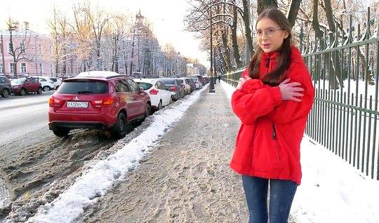 Русская незнакомка повелась на пикап и вечером уже трахалась с пареньком