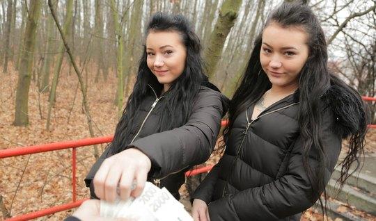 Две близняшки во время пикапа повелись на уговоры и согласились на секс