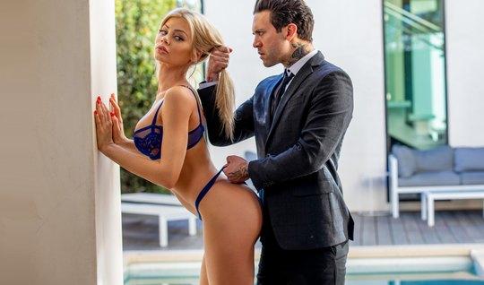 Стройная блондинка после глубокого минета занялась жестким сексом