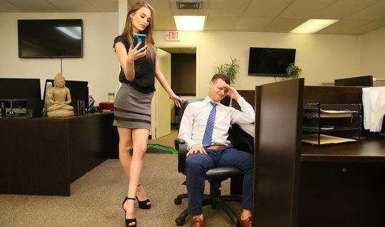 Худенькая помощница в офисе занимается реальным трахом и кончает от кайфа