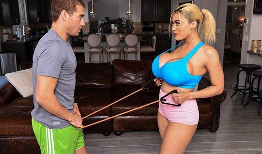 Блондинка с большими сиськами изменяет мужу с молодым фитнес тренером