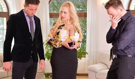 Зрелая блондинка с большими дойками обожает двойное проникновение