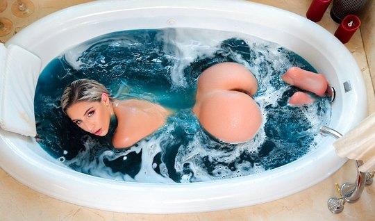 Девушка в ванной после мастурбации переключилась на член любовника