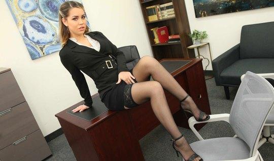 Девушка в офисе раздвигает ноги в чулках для секса со своим коллегой