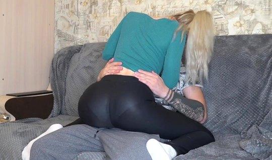 Блондинка залезла сверху на татуированного любовника ради домашнего порно