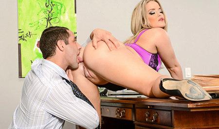 Парень порет начальницу в кабинете офиса