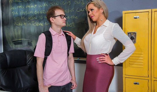 Учительница с белыми волосами и большими дойками соблазнила студента на секс