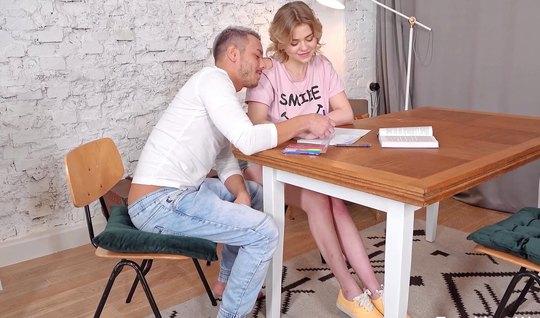 Русская парочка молодых на столе устроили настоящие потрахушки