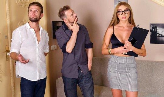 Блондинка в очках во время русского анала получила двойное проникновение