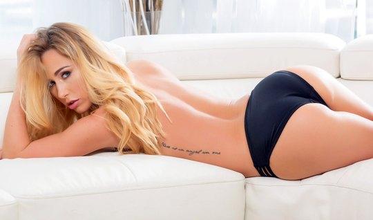 Блондинка прогнулась на диване в позу раком и подставила попку для анала