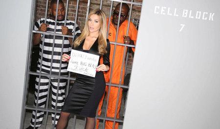 Групповой секс грудастой блондинки с заключенными неграми