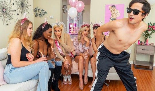 Мамочки во время вечеринки пригласили стриптизера для реальной порки