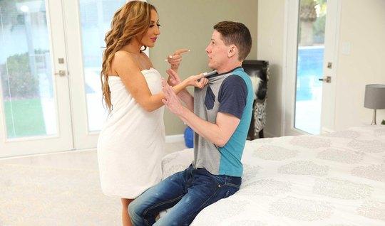 Мамочка с большими сиськми раздвинула ноги для секса с молодым пареньком