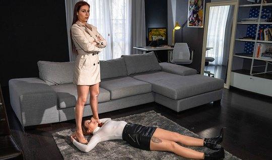 Лесбиянки на диване занялись сексом со страпоном и кончили от порки