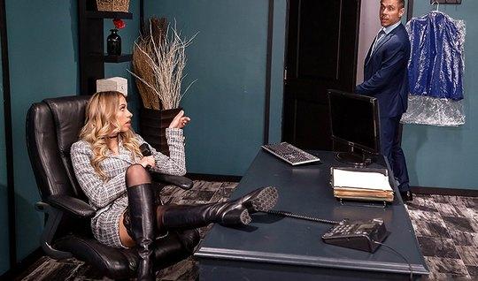 Блондинка в чулках раздвигает ноги для сексуальных игр в офисе