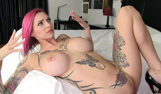 Татуированная мамка с большими сиськами скачет на члене своего ухажера