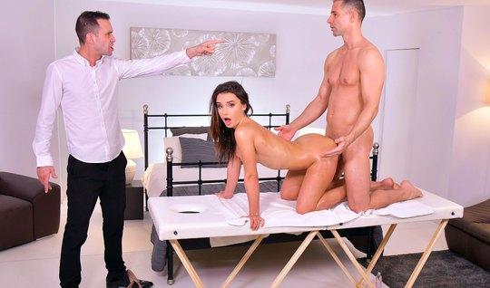 Брюнетка после массажа получает анал и двойное проникновение прямо в спальне