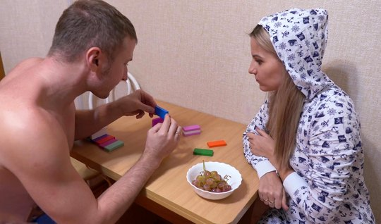 Русская парочка после завтрака снимают на видео камеру домашнее порно