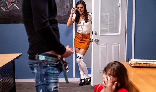 Молодая студентка прямо в кабинете подставляет попу для анала