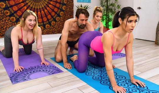 Парень после йоги разводит на анал сексуальную брюнетку в лосинах