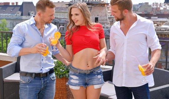 Молодая девушка с двумя мужчинами кончает от двойного проникновения