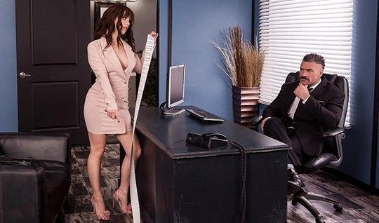Шикарная помощница прямо в офисе на столе раздвигает ноги для порки с брюнетом