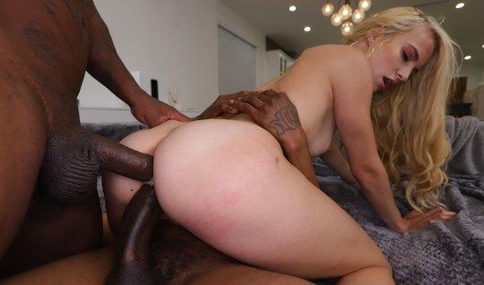 Негры подарили худенькой блондинке страстный секс с двойным проникновением