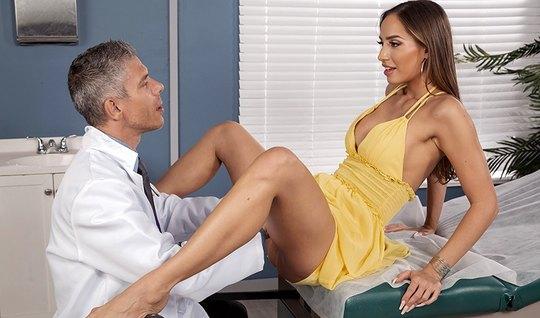 Брюнетка с длинными ногами в кабинете доктора раздвигает свои ноги