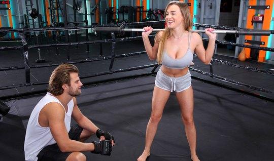 Спортсменка с большими сиськами на ринге получает секс и мощный оргазм