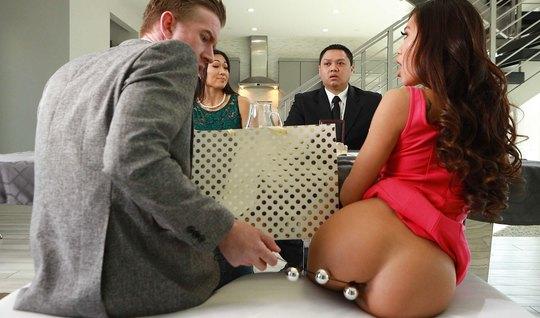 Парень после сделки запихивает в жопу азиатки член и секс игрушку