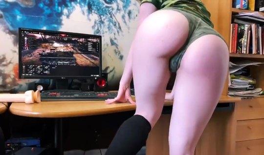 Девушка у себя дома снимает домашнюю мастурбацию и кончает в...