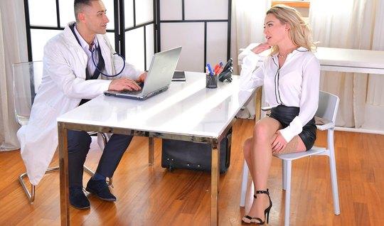 Блондинка в офисе раздвигает свои стройные ноги для секса с доктором