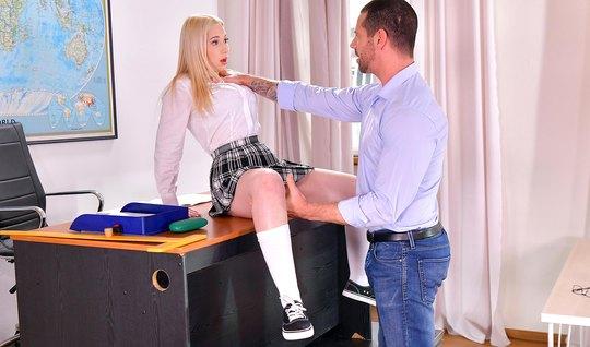Стройная студентка блондинка в чулках прыгает на члене парен...