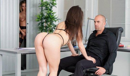 Лысый мужик в офисе трахается с молодой брюнеткой в чулках