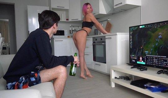 Русская девушка соблазнила своего паренька на домашнее порно