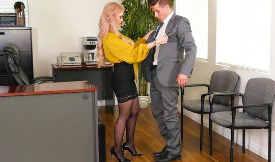 Татуированная блондинка в чулках прямо в офисе кончает и принимает сперму