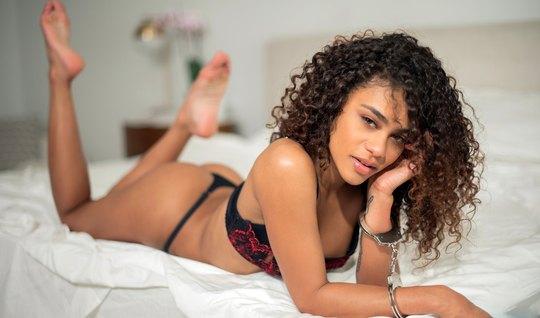 Мулатка показала любовнику киску и согласилась на горячий секс