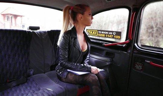 Блондинка в машине разделась до гола для реального траха с водителем