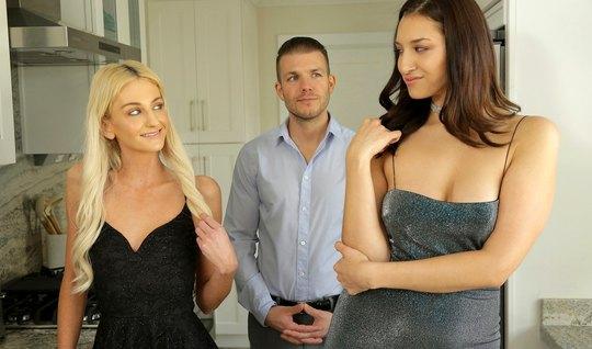 Групповой секс брюнетки, блондинки и одного мужчины на кровати