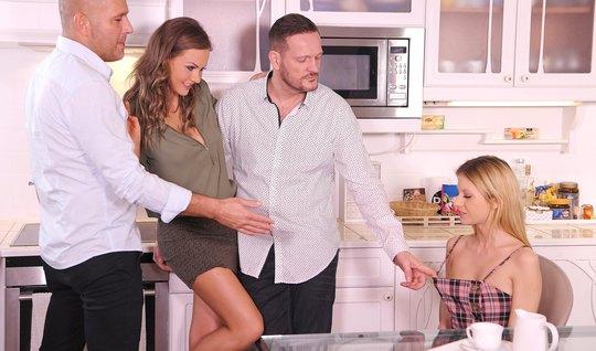 Две семейные пары устроили оргию после ужина с двойным проникновением