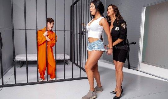Брюнетка разделась до гола для секса с молодым любовником заключенным