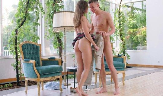 Русская девушка со своим другом занимаются любовью и кончают от страсти