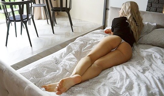 Blonde with tattoos on her body gave a blowjob and agreed to homemade porn