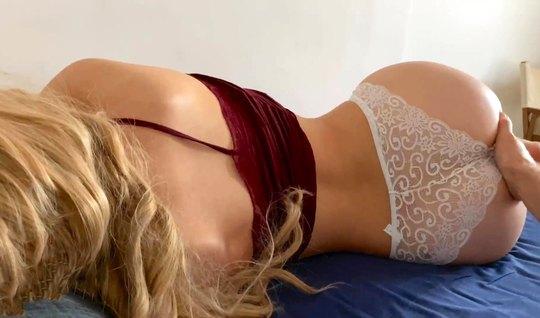 Блондинка задрала свой топик и согласилась на съемку домашнего порно