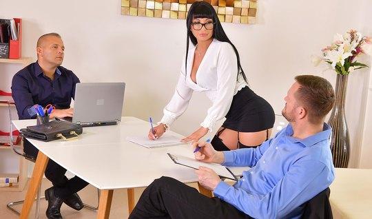 В офисе женщина получает от парней двойное проникновение