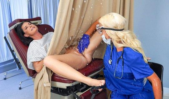 Лесбиянка во время приема у доктора получила свой женский оргазм
