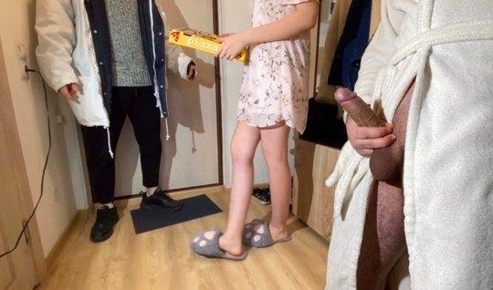 Русская девушка прямо в коридоре изменяет своему мужу с соседом